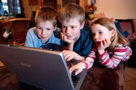 Ребенок за компьютером творец или
