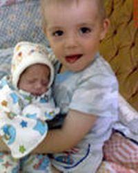 Маленькая сестрёнка сосёт член братику